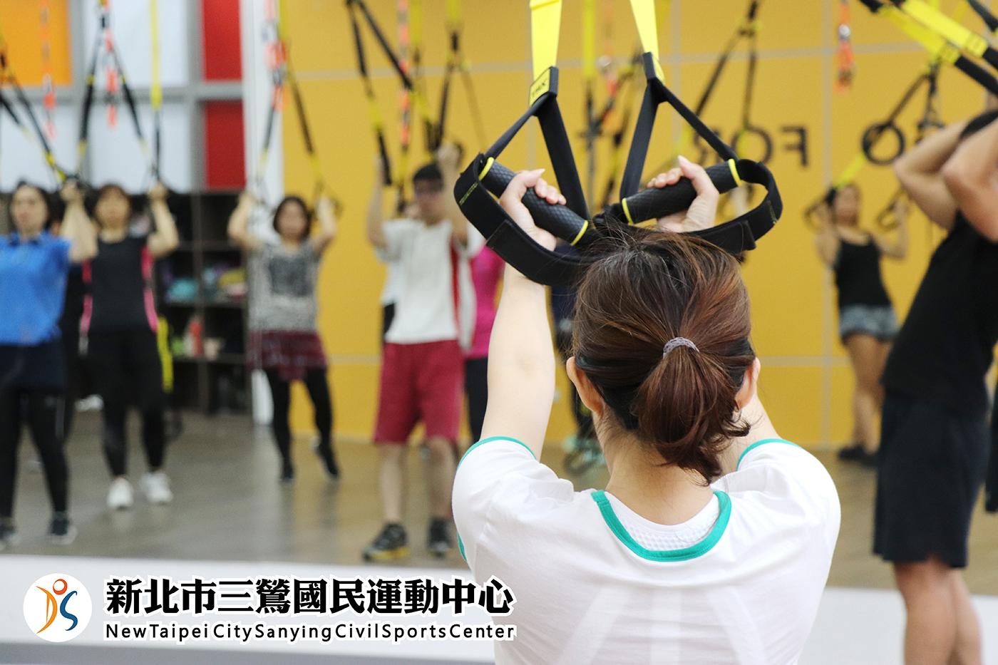 多功能教室A-學員操作吊繩(jpg)