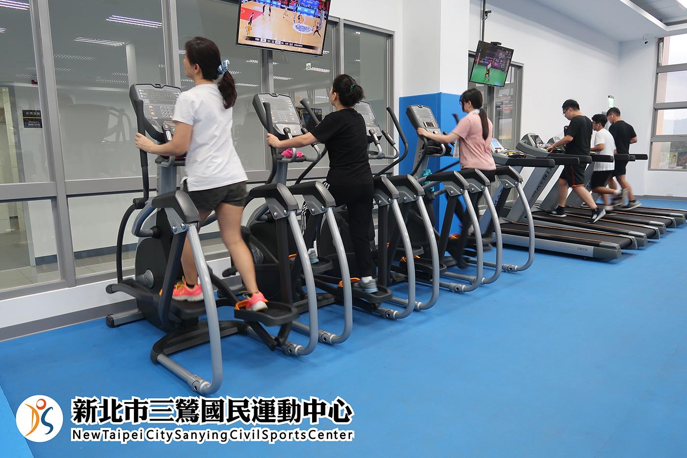 體適能中心民眾使用健步機(jpg)