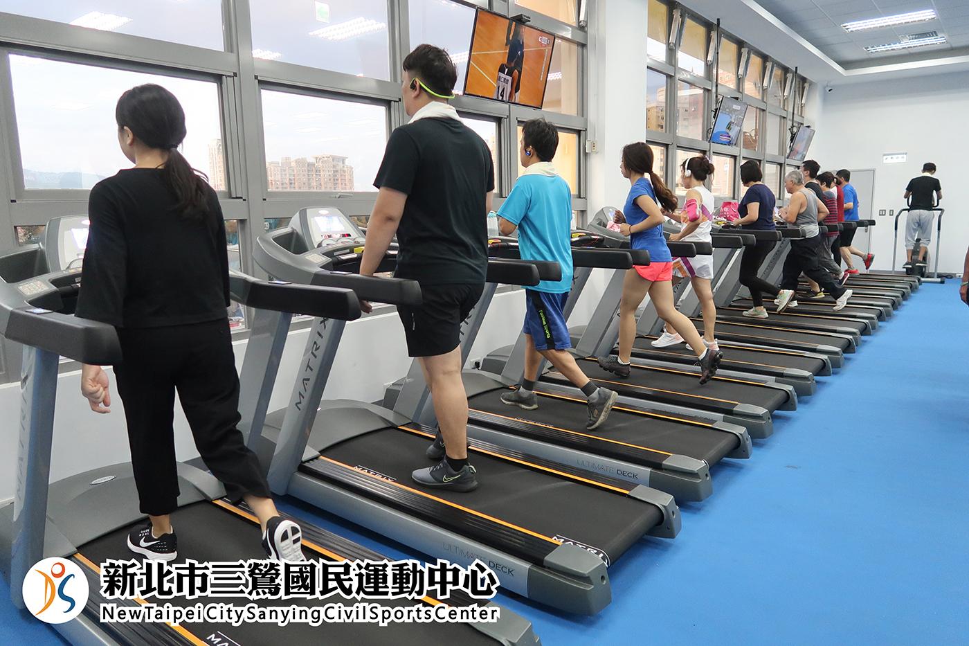 體適能中心民眾使用跑步機(jpg)