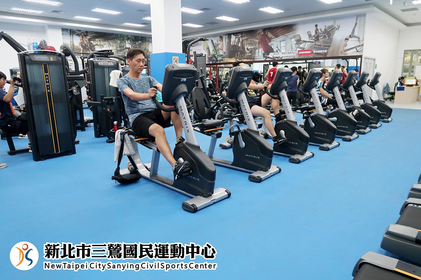 體適能中心民眾使用腳踏機(jpg)